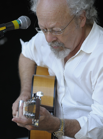 David Essig performing at the Islands Folk Festival 2009.